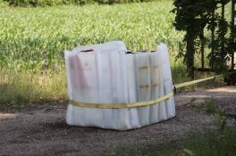 19 vaten met drugsafval vastgebonden aan een poort