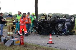 Auto belandt op de kop in Landhorst: vader en dochter gewond
