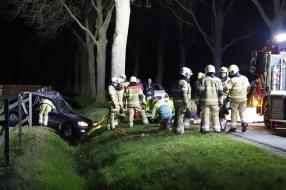 Auto botst tegen een boom en belandt in de sloot in Rijkevoort, traumahelikopter opgeroepen