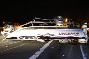 Boot belandt op A73 bij Rijkevoort na ongeluk