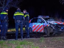 Politieauto vliegt uit de bocht in Rijkevoort, agenten naar ziekenhuis